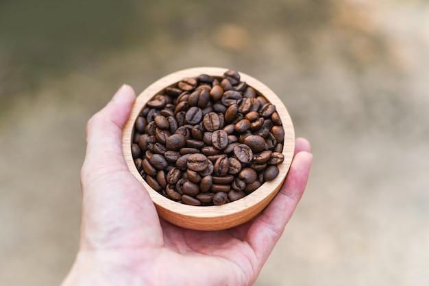 Palone ziarna kawy trzymaj w ręku