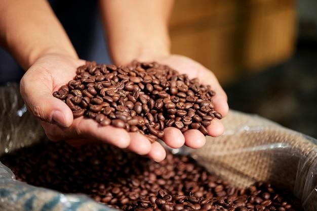 Palone ziarna kawy w torbie