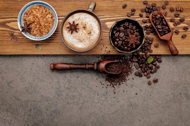 Palone ziarna kawy z konfiguracją filiżanki kawy na ciemnym kamieniu.