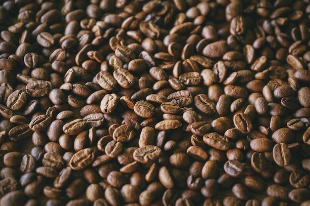 Palone ziarna kawy z selektywną ostrością