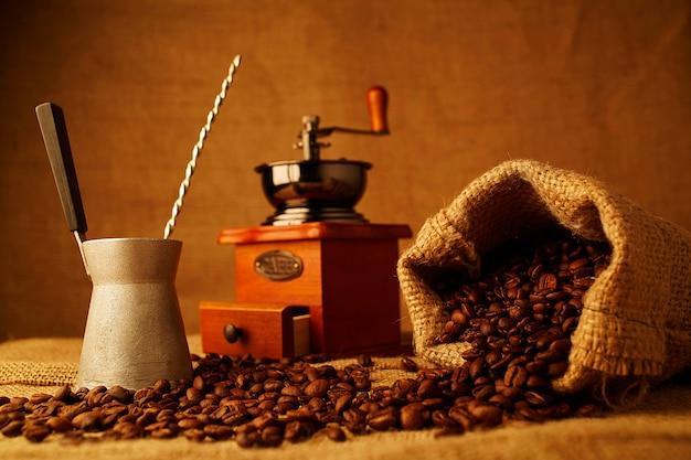 Palonych ziaren kawy, cezve i filiżankę espresso na zwolnieniu tle