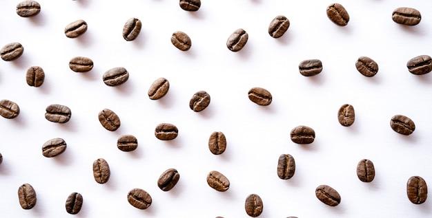 Palonych ziaren kawy na białym tle