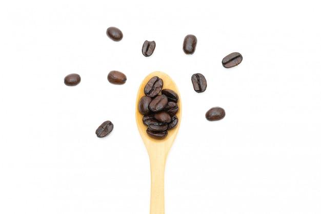 Palonych ziaren kawy w worku tkaniny na białym tle