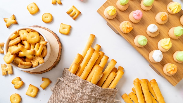 Paluszki biszkoptowe z kolorowym ciastkiem cukrowym