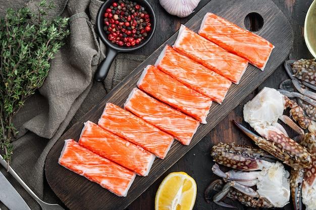 Paluszki krabowe półprodukty z owoców morza mielone ryby z niebieskim zestawem krabów pływackich