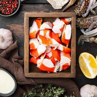 Paluszki krabowe półprodukty z ryb mielonych z niebieskim krabem pływającym, w drewnianym pudełku