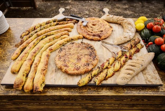 Paluszki serowe z ciasta francuskiego, bagietki, tortille