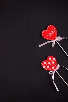 Pamiątkowy prezent na walentynki czerwone serce z białą wstążką