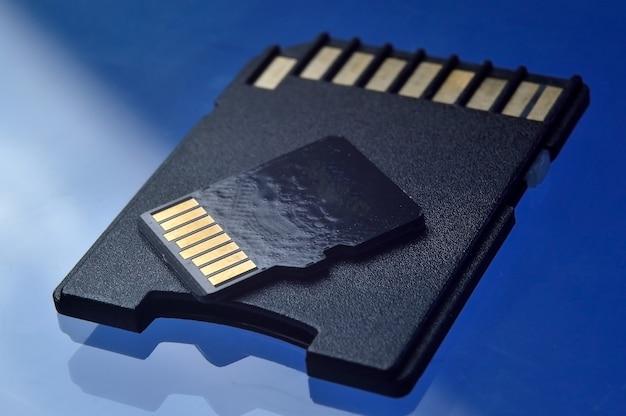 Pamięć flash micro sd i adapter do zbliżenia.