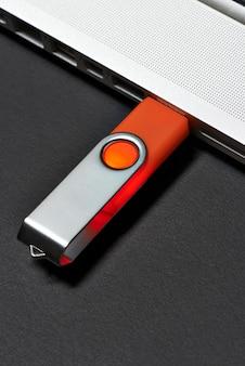 Pamięć flash podłączona do portu laptopa.