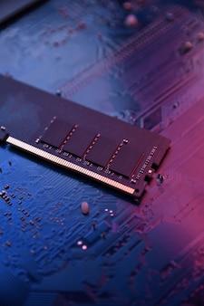 Pamięć ram komputera na płycie głównej. ścieśniać. system, pamięć główna, pamięć o dostępie swobodnym, na pokładzie, dane komputera. komponenty komputerowe ddr3. ddr4. ddr5