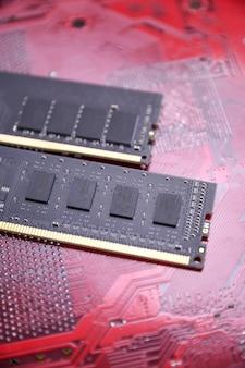 Pamięć ram komputera na płycie głównej. ścieśniać. system, pamięć główna, pamięć o dostępie swobodnym, pokładowy, szczegóły komputera. komponenty komputerowe. ddr3. ddr4. ddr5