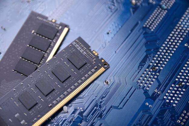 Pamięć ram komputera na tle płyty głównej. ścieśniać. system, pamięć główna, pamięć o dostępie swobodnym, pokładowy, szczegóły komputera. komponenty komputerowe. ddr3. ddr4. ddr5