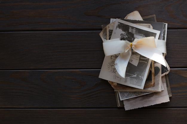 Pamięć, stos stare rodzinne zdjęcia na drewnianej ścianie. puste stare zdjęcie grupowe