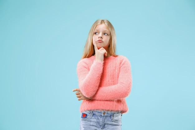 Pamiętaj wszystko. niech pomyślę. pojęcie wątpliwości. wątpliwa, zamyślona nastolatka coś sobie przypomina. młode emocjonalne dziecko. ludzkie emocje, koncepcja wyrazu twarzy. studio. pojedynczo na modnym niebieskim