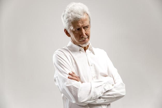 Pamiętaj wszystko. niech pomyślę. pojęcie wątpliwości. wątpliwy, zamyślony mężczyzna coś sobie przypomina. starszy mężczyzna emocjonalny. ludzkie emocje, koncepcja wyrazu twarzy.