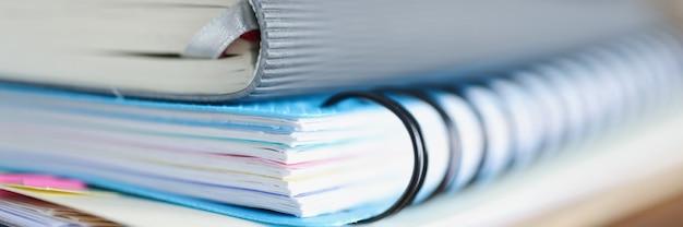 Pamiętnik i notatnik oraz dokumenty są na stole