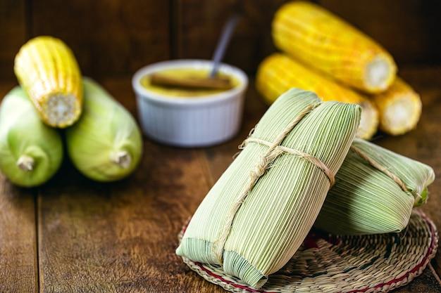 Pamonha, brazylijska słodka kukurydza zawijana w suchą słomę, przygotowana na czerwcowe wiejskie imprezy