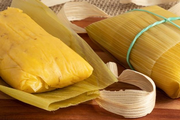 Pamonha, brazylijska tradycyjna przekąska z kukurydzy.