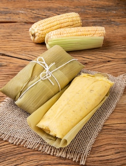 Pamonha, typowe brazylijskie jedzenie kukurydziane na drewnianym tle