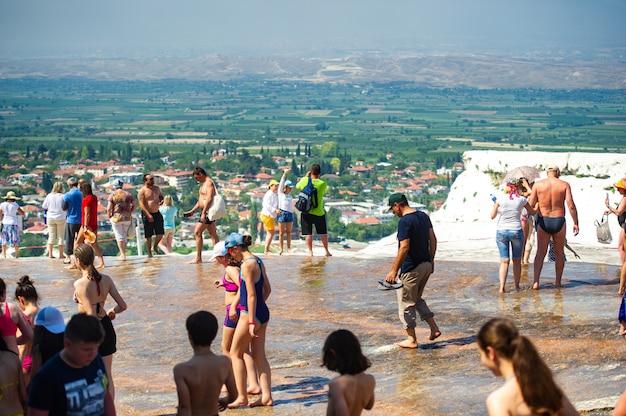 Pamukkale, turcja-23 czerwca 2018 r. turyści na trawertynach w pamukkale .a wpisanego na listę światowego dziedzictwa unesco