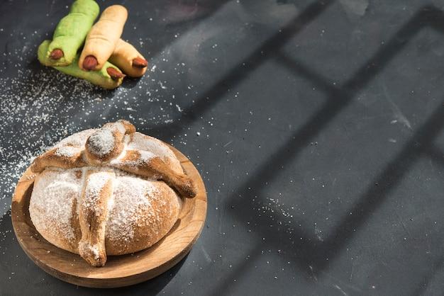 Pan de muerto z typowym meksykańskim jedzeniem