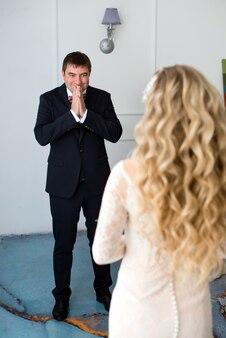Pan młody po raz pierwszy patrzy na swoją pannę młodą w sukience