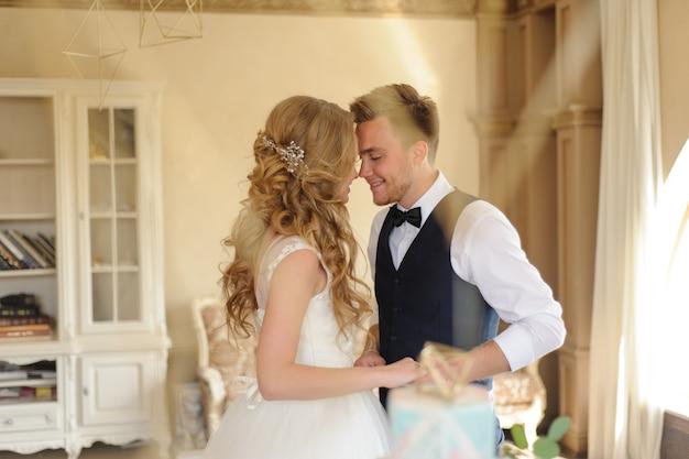 Pan młody zakłada obrączkę ślubną na swoją narzeczoną.