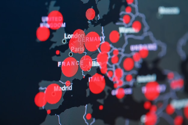 Pandemia koronawirusa covid-19 na mapie europy z czerwonymi kropkami centrów infekcji.