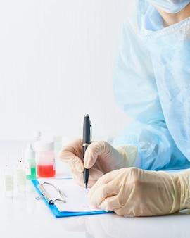 Pandemiczny covid-19, koronawirus. lekarz w szpitalu jest na służbie, korzysta z pracy