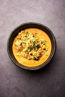 Paneer bhurji sos podawany w misce. selektywne skupienie