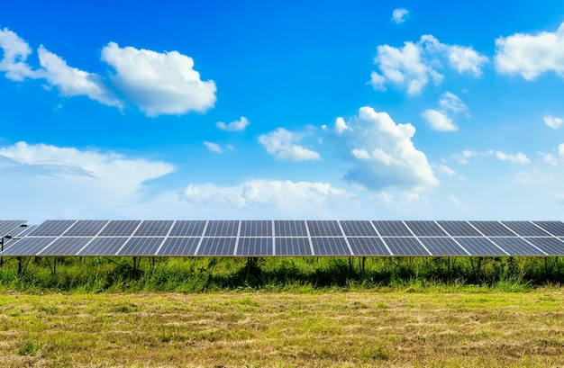 Panel fotowoltaiczny energii słonecznej na tle nieba, zielony czysty alternatywna koncepcja energii zasilania.