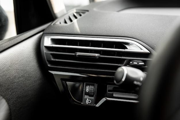 Panel klimatyzacji samochodowej na konsoli luksusowego samochodu.