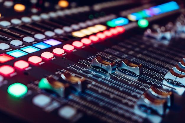 Panel kontrolera miksera dj do odtwarzania muzyki i imprezowania w nocnym klubie