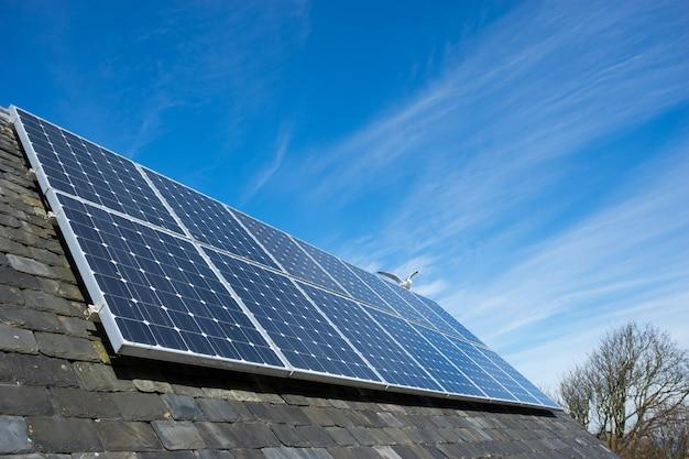 Panel ogniw słonecznych na dachu domu, zielona energia