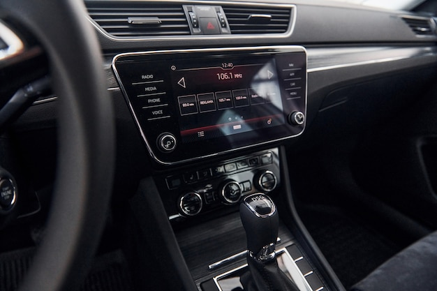Panel przedni zupełnie nowego, nowoczesnego pojazdu z cyfrowym tabletem i panelem sterowania