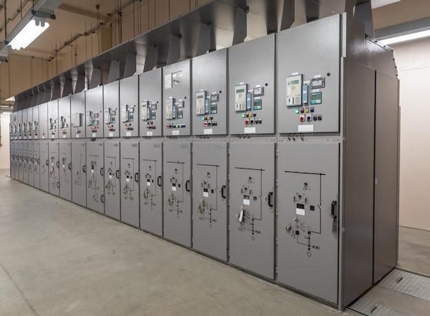 Panel przełączników elektrycznych w pomieszczeniu rozdzielni w elektrowni.