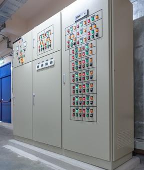 Panel przełączników elektrycznych w strefie przemysłowej