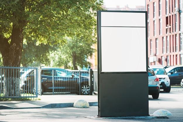 Panel reklamowy w pobliżu parkingu