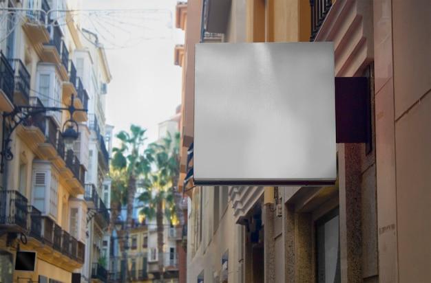 Panel reklamy ulicznej na białym tle
