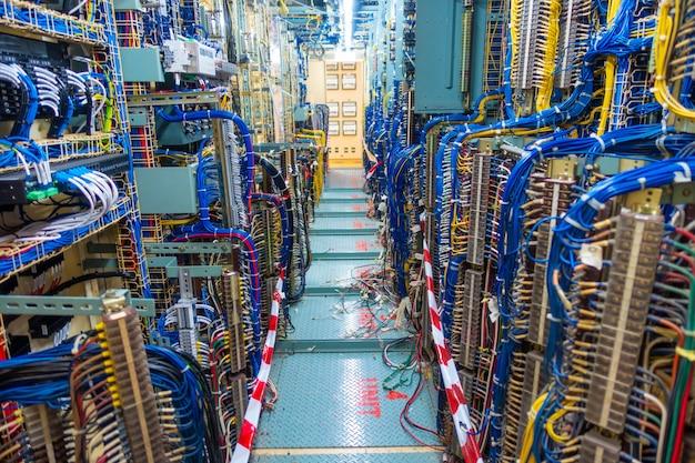 Panel rozdzielnicy i szafka lub obudowa panelu sterowania elektrycznego do elektrowni i dystrybucji energii elektrycznej