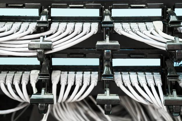 Panel sieci, przełącznik i kabel w centrum danych
