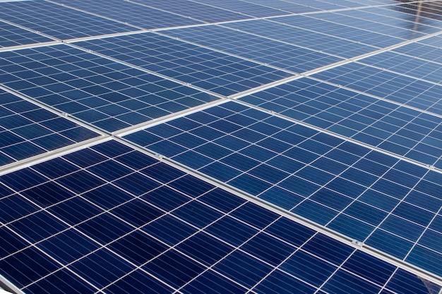 Panel słoneczny, alternatywne źródło energii elektrycznej, koncepcja zrównoważonych zasobów, a to jest nowy system, który może wytwarzać energię elektryczną więcej niż oryginał, to systemy śledzenia słońca