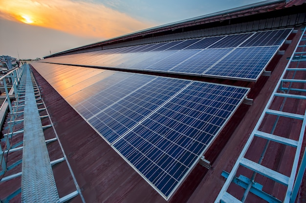 Panel słoneczny instalacja fotowoltaiczna na dachu fabryki, alternatywne źródło energii elektrycznej - koncepcja zrównoważonych zasobów.