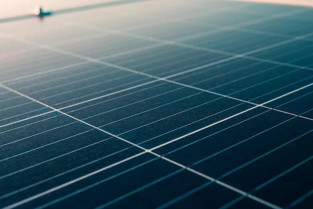Panel słoneczny instaluje się na dachu w dużym budynku do wytwarzania energii elektrycznej