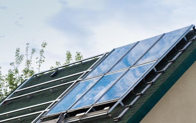 Panel słoneczny na dachu domu.