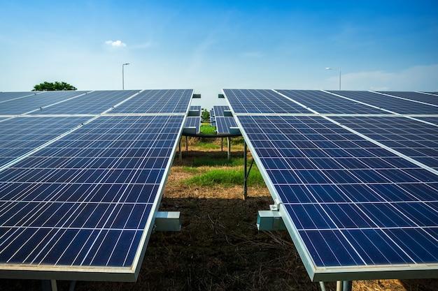 Panel słoneczny na niebieskiego nieba tle, energii alternatywnej pojęcie, czysta energia, zielona energia.