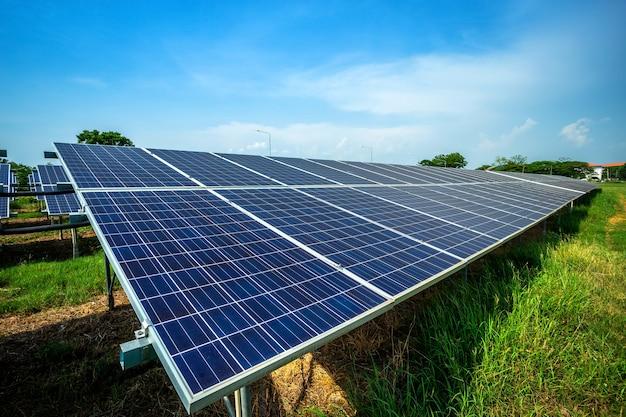 Panel słoneczny na niebieskiego nieba tle, energii alternatywnej pojęcie, czysta energia