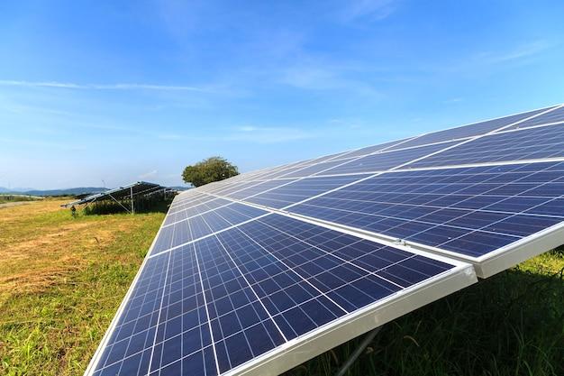 Panel słoneczny na zielonym polu