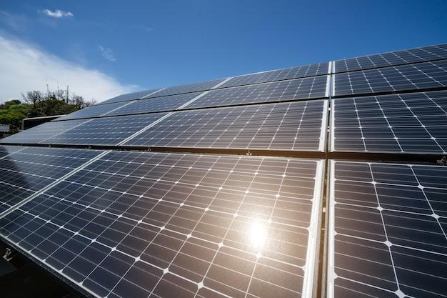 Panel słoneczny przeciw niebieskiemu niebu z światłem słonecznym